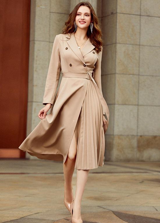 Váy xòe vạt đắp biến tấu từ áo choàng dáng dài không chỉ lịch thiệp mà còn giúp bạn khoe chân khi di chuyển.