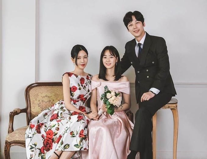 Yoon Jong Hoon trẻ hơn vợ Kim So Yeon (trái) và trông giống anh trai của con gái Choi Ye Bin.