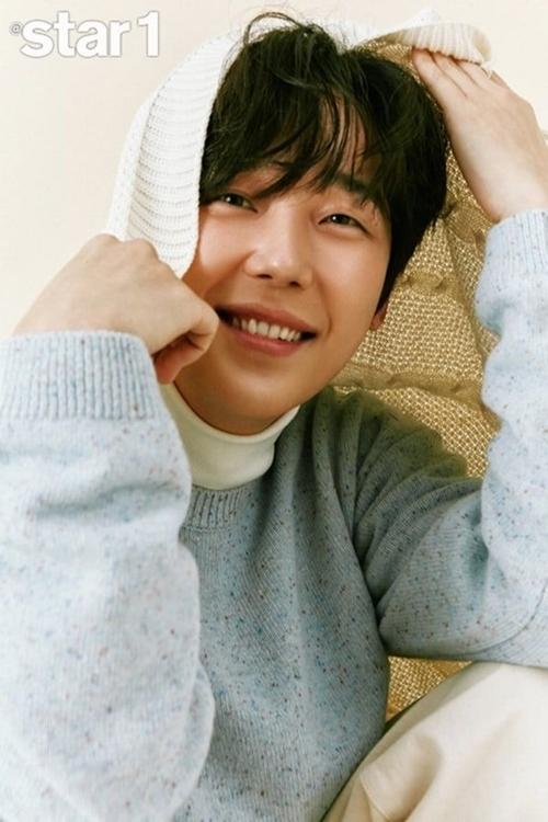 Yoon Jong Hoon trẻ măng trong loạt ảnh tạp chí đầu năm 2021.