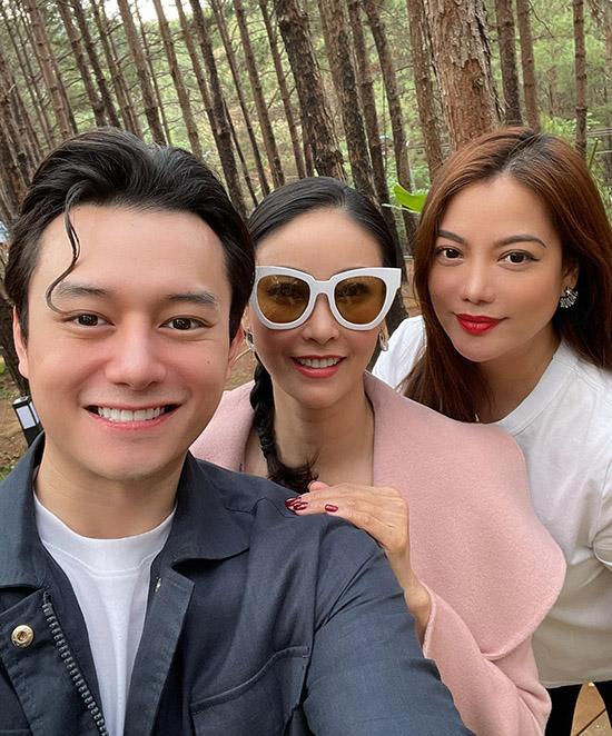Hoa hậu Hà Kiều Anh vui vẻ đi chơi cùng cặp đôi Trương Ngọc Ánh - Nguyễn Anh Dũng. Họ chọn điểm đến là thành phố hoa với phong cảnh thơ mộng, không khí trong lành, mát mẻ.