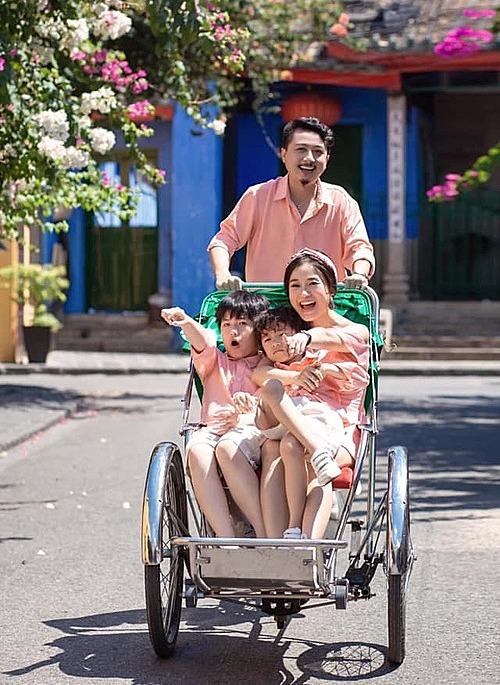 Vợ chồng Lâm Vỹ Dạ - Hứa Minh Đạt cùng hai con diện đồ ton sur ton pose ảnh gia đình.