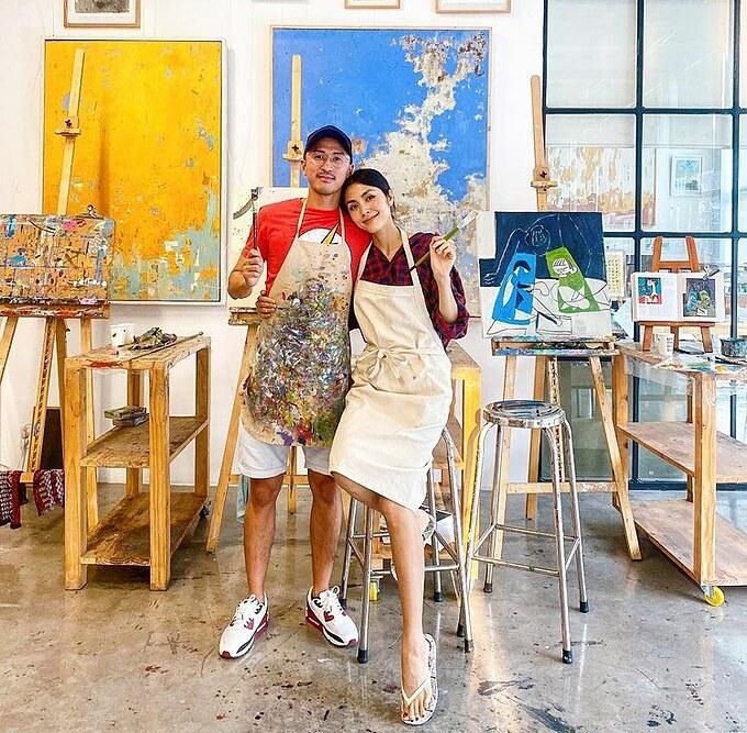Khoảnh khắc tình tứ của vợ chồng Hà Tăng tại phòng học vẽ. Nhân dịp cuối tuần, cô cùng ông xã đưa hai con đi học vẽ và có thêm những trải nghiệm thú vị bên gia đình.