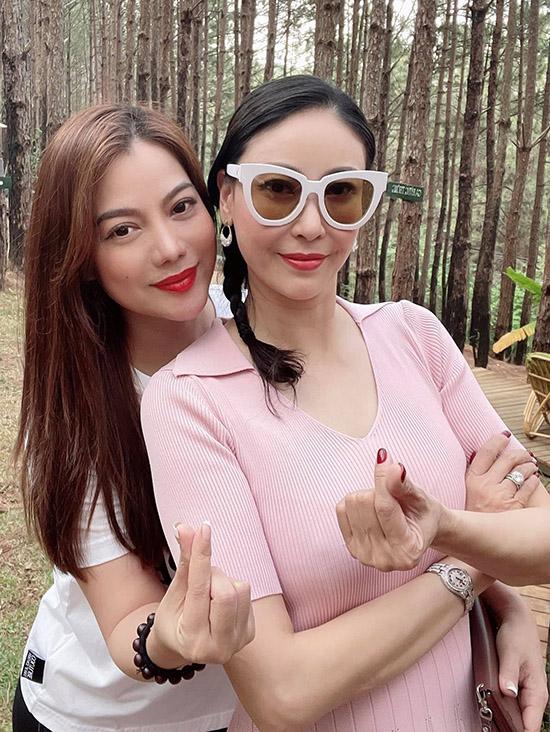 Trương Ngọc Ánh và Hà Kiều Anh bằng tuổi, chơi thân đã nhiều năm. Cả hai đều nổi tiếng từ thập niên 1990.