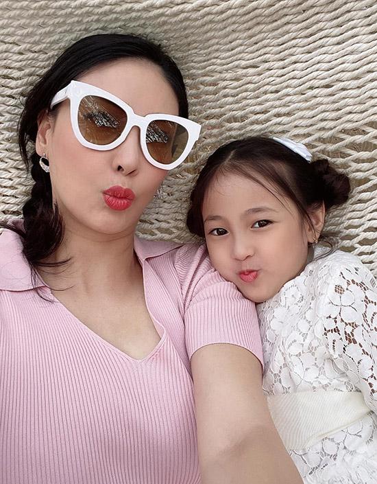 Bé Vivian - con gái Hà Kiều Anh - hào hứng khi được đi chơi cùng mẹ. Nhóc tỳ càng lớn càng xinh xắn, đáng yêu.