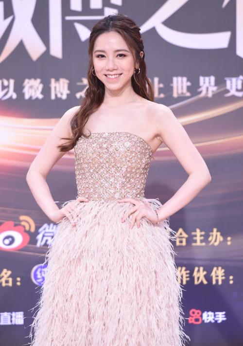 Trăm hoa đua sắc trên thảm đỏ Weibo - 24