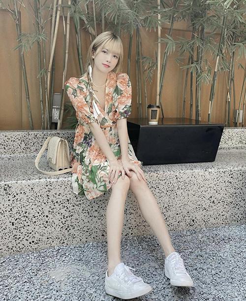 Những mẫu váy hoa tôn nét nữ tính đang được Thiểu Bảo Trâm và nhiều sao Việt lăng xê ở mùa này. Những cô nàng da trắng có thể chọn các kiểu hoạ tiết tông màu nóng, cánh hoa to bản.