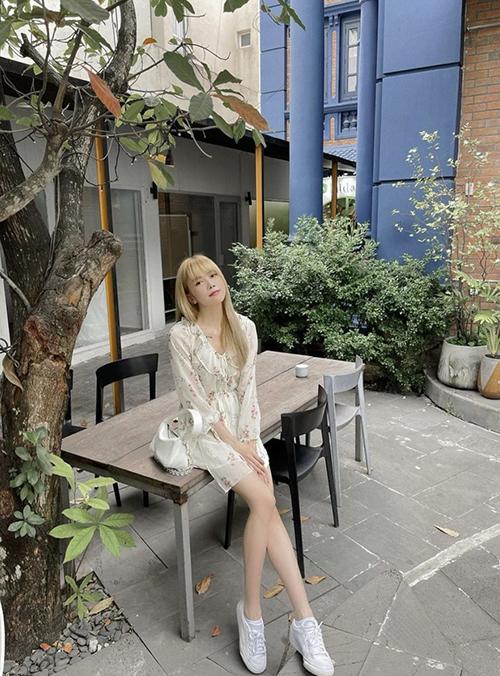 Khi sử dụng váy ngắn in hoa, các nàng có thể phối các mẫu túi kẹp nách, giày da, giày đế bệt để hoàn thiện set đồ.