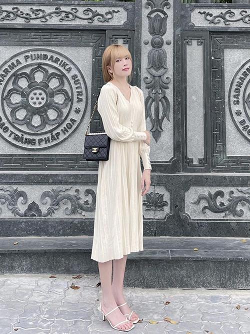Đầm trắng trang nhã với phom dáng mang hơi hướng của dòng trang phuc cổ điển có thể mix cùng các mẫu túi kiểu clasicc hay túi đeo chéo vintage.