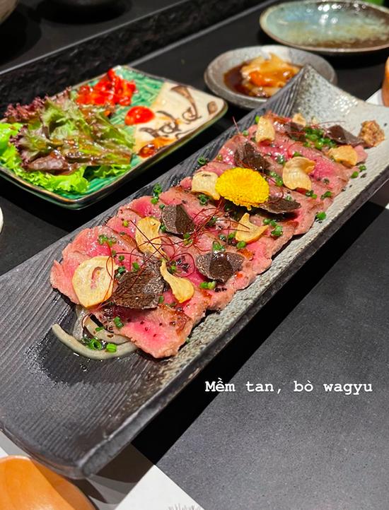 Thịt bò Wagyu thượng hạng ăn kèm với nấm truffle. Đây là một sự kết hợp đắt xắt ra miếng giữa những nguyên liệu sang chảnh, thường chỉ được phục vụ trong các nhà hàng cao cấp. Thịt bò Wagyu đặc trưng của Nhật Bản, được nuôi theo nhiều tiêu chuẩn rất khắt khe, thịt bò mềm như tan ra trong miệng. Còn nấm truffle được mệnh danh là loại nấm đắt nhất thế giới, có mùi rất đặc trưng.