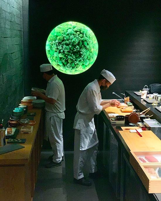 Đây là một trong những nhà hàng mang phong cách omakase được nhiều người yêu thích ở Sài Gòn, trong đó có không ít thực khách nước ngoài. Thực khách không trả tiền theo từng món mà theo suất cố định, giá thành giá cao so với mặt bằng đồ Nhật nói chung. Ảnh: the_evamoon_141