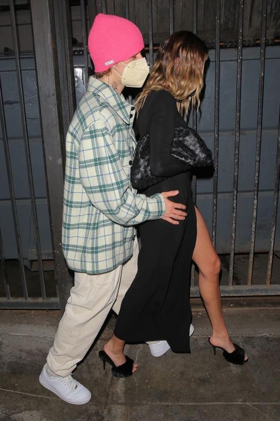 Cặp sao quấn quýt bên nhau như đôi sam. Justin chưa bao giờ ngại thể hiện sự si mê dành cho bà xã xinh đẹp.