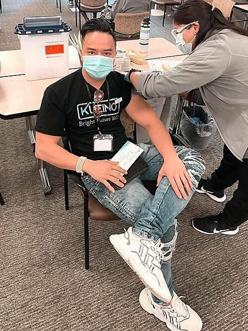 Ca sĩ Cao Thái Sơn được tiêm vacxin Covid ở Mỹ. Anh kể: Tiêm xong chưa thấy tác dụng phụ gì, chỉ hơi nhức tí ở bắp tay thôi.