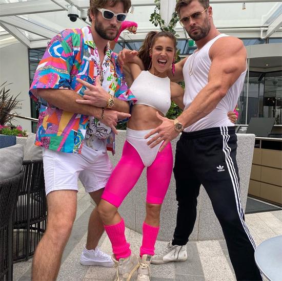 Cặp sao khoe cơ bắp bên em trai của Chris - nam diễn viên Liam Hemsworth (trái). Liam trông khác lạ khi hóa trang thành một thanh niên thập niên 1980.