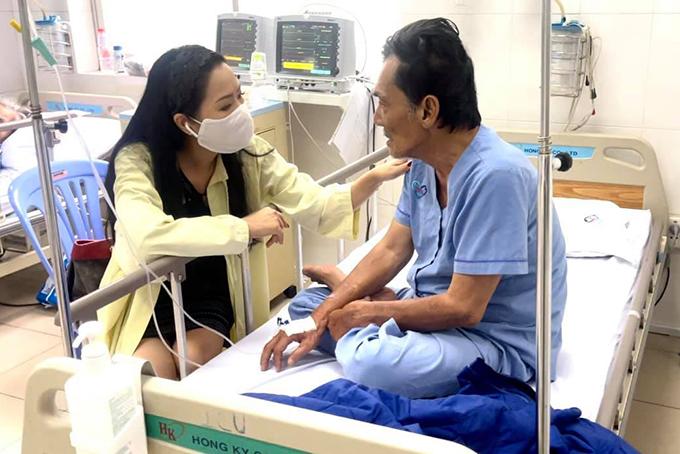 Á hậu Trịnh Kim Chi đến viện thăm Thương Tín sáng 27/2.