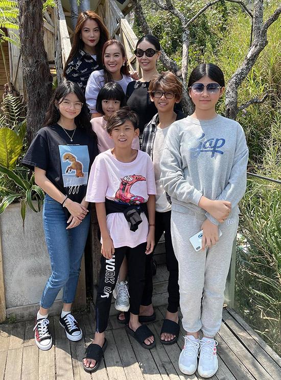 Bảo Tiên - con gái Trương Ngọc Ánh (áo đen, ngoài cùng bên trái) và hai con gái Bình Minh, hai con trai Hà Kiều Anh cũng có mặt trong chuyến đi này.