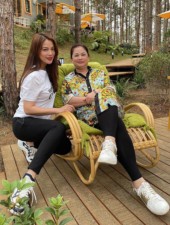 Mẹ Trương Ngọc Ánh vừa từ ngoài Bắc chuyển vào miền Nam sống cùng con gái. Đây là chuyến đi đầu tiên nữ diễn viên đưa cả mẹ, con gái cưng và bạn trai tin đồn đi theo.