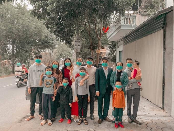 Bức ảnh đoàn viên của gia đình vẫn tuân thủ nghiêm quy tắc đeo khẩu trang phòng dịch.