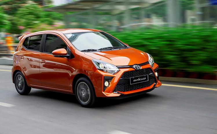 Toyota Wigo màu cam trên đường phố. Ảnh: TMV