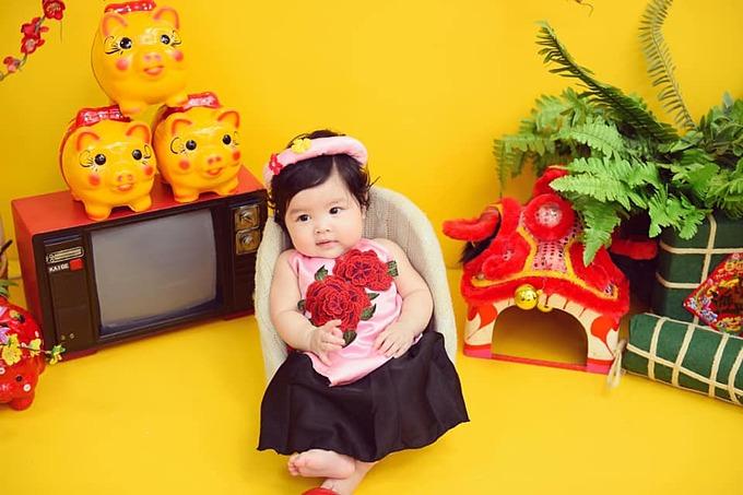 Trần Bảo Khanh trong bộ ảnh được bố mẹ chụp dịp Tết Nguyên đán vừa qua. Hiện tại, người hâm mộ đang rất nóng lòng chờ đợi Trần Bảo Sơn công khai vợ mới với công chúng.