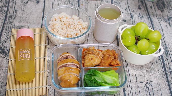 Vì đã nấu quen tay nên việc lên thực đơn với mẹ 8X cũng dễ dàng hơn, chị kết hợp nhiều món ăn của Nhật với món Việt, thay đổi gia vị nấu theo kiểu Việt vừa phù hợp khẩu vị của chồng, vừa phong phú thực đơn.
