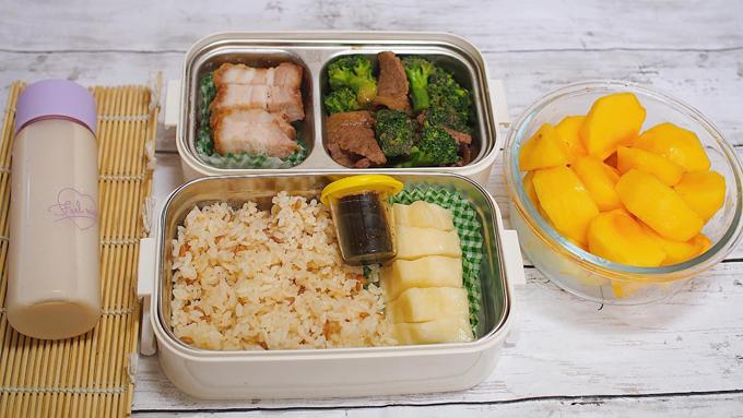 Thịt quay giòn bì, thịt bò xào bông cải, củ cải muối chua ngọt, hồng & trà sữa. Một hộp cơm mà chị Hoa làm cho chồng có giá trung bình khoảng 500¥ (~ hơn 100.000 đồng), so với mặt bằng ở Nhật là tiết kiệm hơn và đủ no để chồng làm việc.