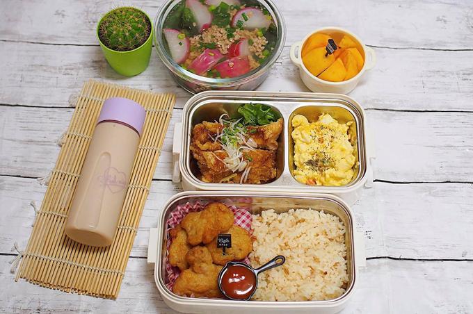 Đều đặn mỗi sáng, từ 5 hoặc 6h, chị Nguyễn Quỳnh Hoa (35 tuổi, sống tại Nhật, tác giả sách Tháng năm của Kẹo) sẽ thức giấc, chuẩn bị bữa sáng cho gia đình, cơm trưa cho chồng mang đi làm, mỗi tuần nấu đủ 5 hộp cơm. Mẹ 8X yêu bếp cũng từng có bài chia sẻ về các bữa sáng chuẩn vị Việt với độc giả Ngoisao.net.