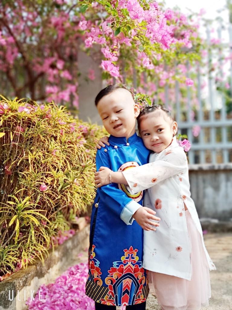 Tết đoàn viên để thể hiện qua khung hình dễ thương của hai anh em được mẹ mặc áo dài để du xuân và chụp ảnh ngày tTết.