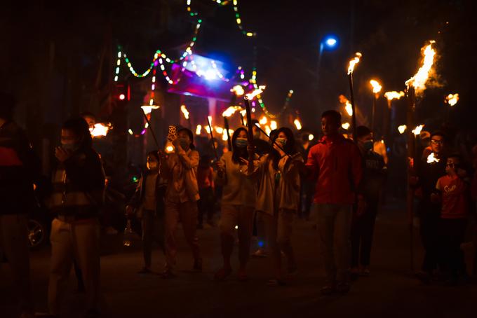 Người dân tại xã Thụy vân, Thái Bình tham gia lễ xin lửa cầu năm mới. Đặc biệt, năm nay, trong không khí vui đêm giao thừa, mọi người vẫn không quên đeo khẩu trang và tuân thủ các quy định phòng dịch.