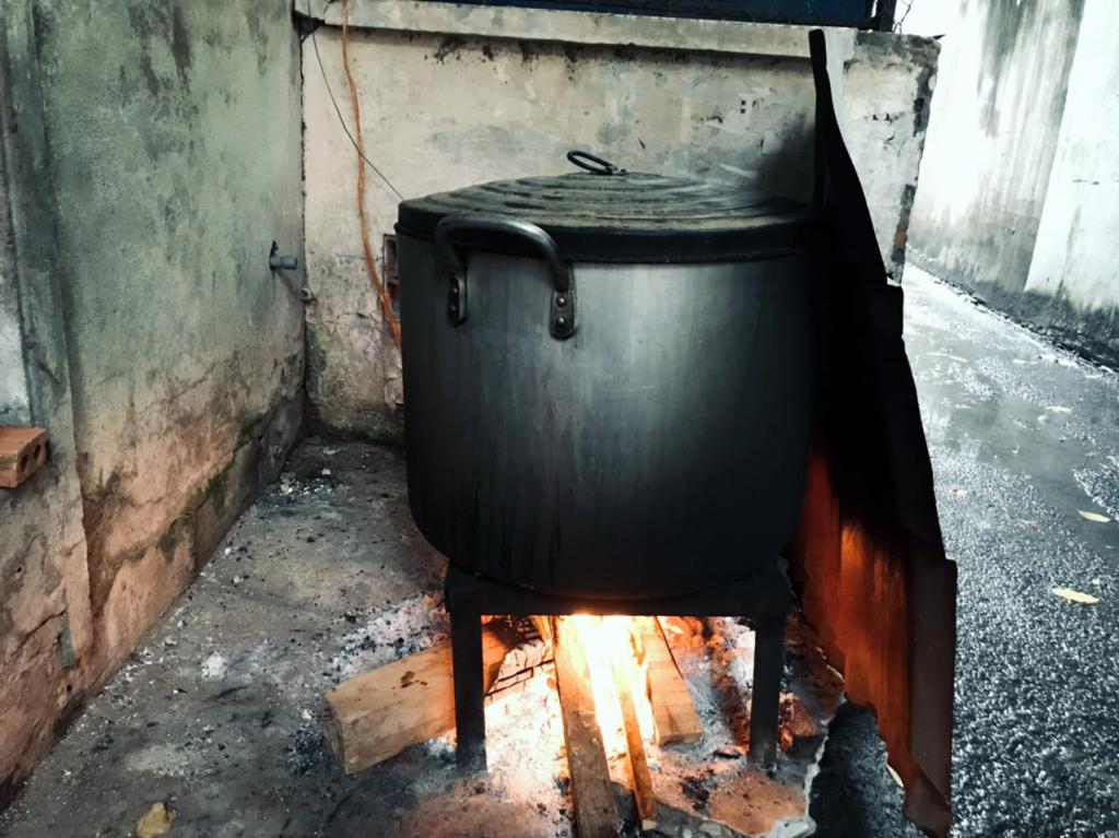 Độc giả Nguyễn Văn Tuấn chia sẻ bức ảnh nồi bánh chưng đang sôi trên bếp lửa, đây là năm đầu tiên anh cùng con trai và vợ đón năm mới trọn vẹn trong tổ ấm riêng. Một trong những kỷ niệm đặc biệt anh muốn lưu giữ là cùng con gói bánh chưng.