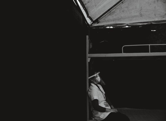 Bức hình với tên gọi Người hùng thầm lặng khoảnh khắc một nhân viên y tế trong đội ngũ chống dịch tựa lưng nghỉ ngơi bên chiếc giường dã chiến của độc giả Trần Bích Ngọc. Khung hình với tông màu đen trắng như nhấn mạnh một mùa Tết không có cành đào đỏ thắm, bánh chưng xanh của những người đang chống dịch, bảo vệ sức khỏe người dân.