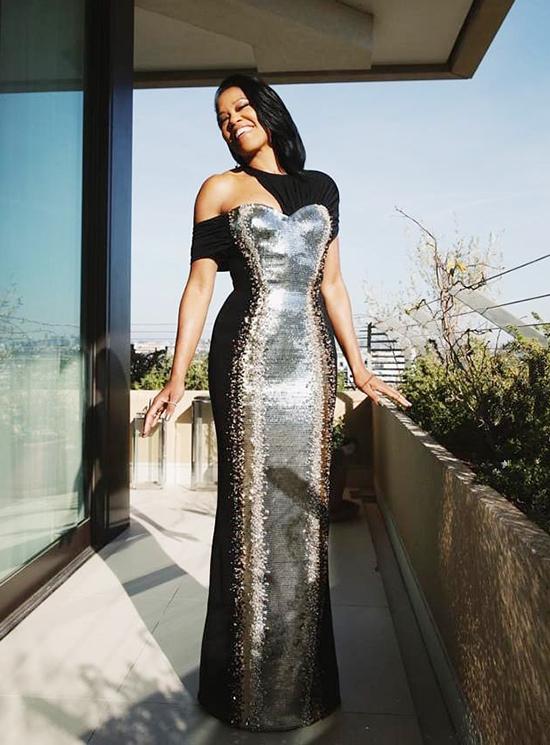 Tác phẩm Louis Vuitton dành cho diễn viên từng đoạt giải Oscar Regina King tốn 350 giờ để hoàn thành, trong đó công đoạn chiếm nhiều thời gian nhất là đính thủ công hàng nghìn viên pha lê cùng kim sa màu bạc, vàng gold.