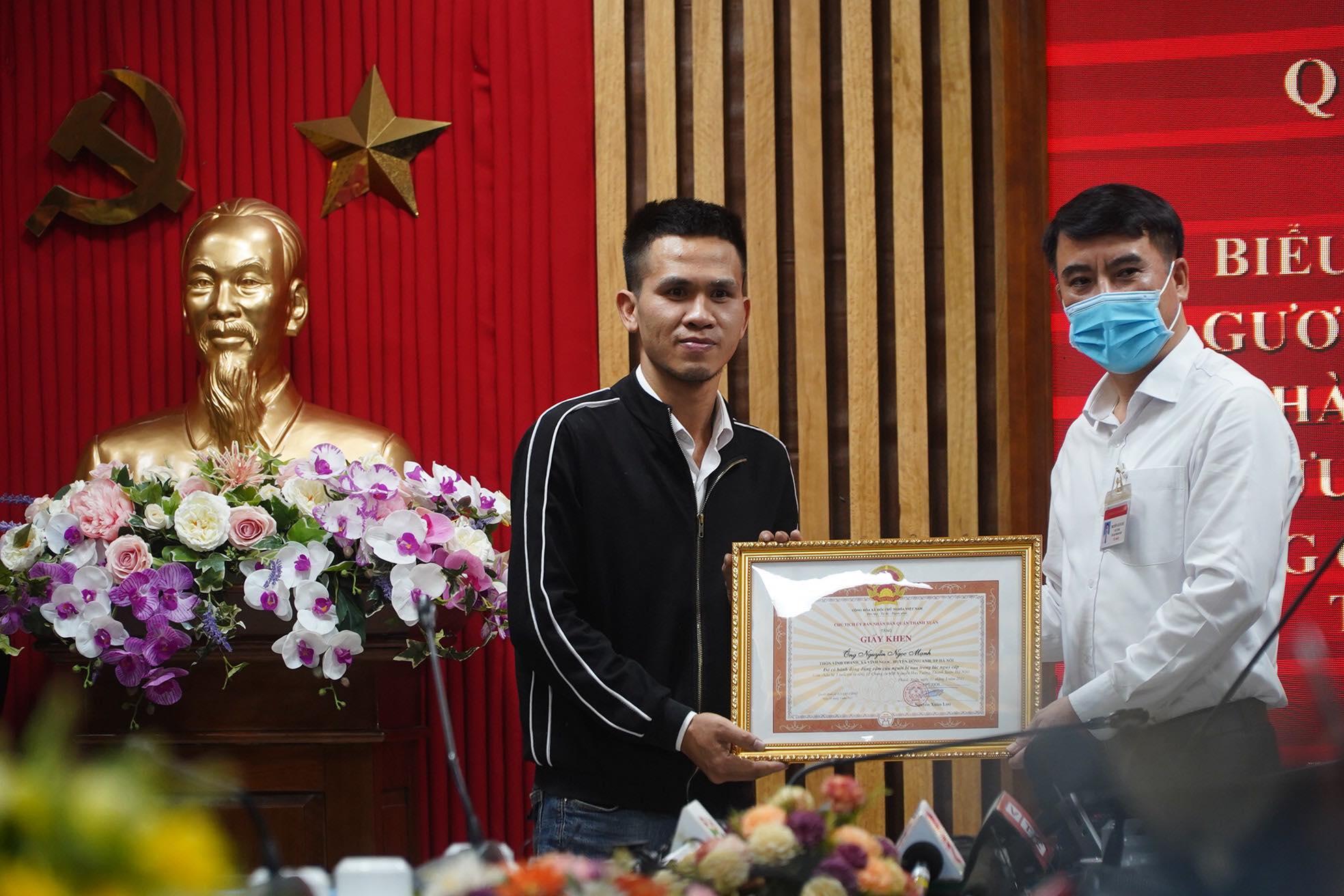 Anh Ngọc Mạnh tại buổi nhận bằng khen tại trụ sở Công an quận Thanh Xuân.