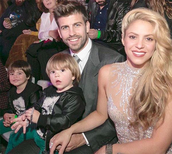 Pique và Shakira gắn bó hơn 10 năm nay và có hai cậu con trai. Cặp sao sinh cùng ngày 2/2 và nàng hơn chàng 10 tuổi. Danh tiếng của Shakira thậm chí còn nổi hơn cầu thủ người Tây Ban Nha.