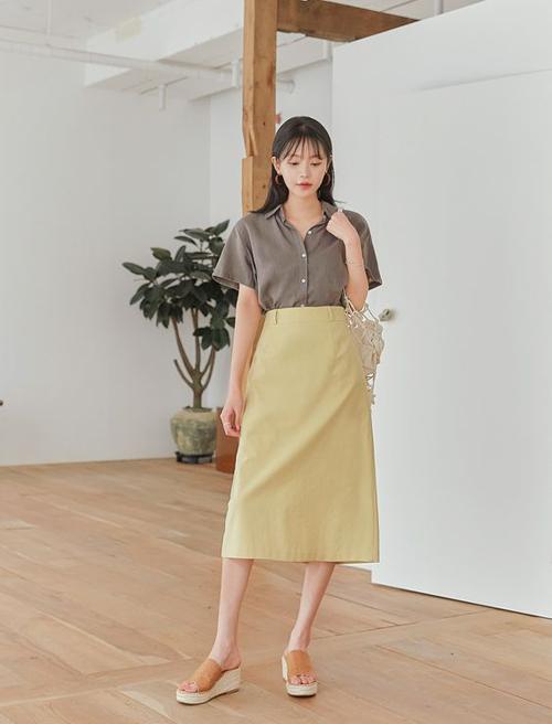 Sơ mi tay lửng, dáng cổ điển dễ kết hợp cùng chân váy bút chì, chân váy suông và các mẫu quần âu tiện lợi khi đi làm.