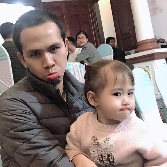 Ngọc Mạnh là ông bố tình cảm, rất yêu con gái.