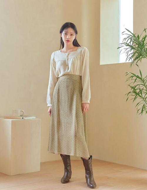 Các mẫu áo cổ điển luôn có sức sống bền bỉ trong dòng chảy thời trang. Vì thế, giữa muôn vàn trào lưu mới chúng vẫn chiếm được tình cảm của phái đẹp.