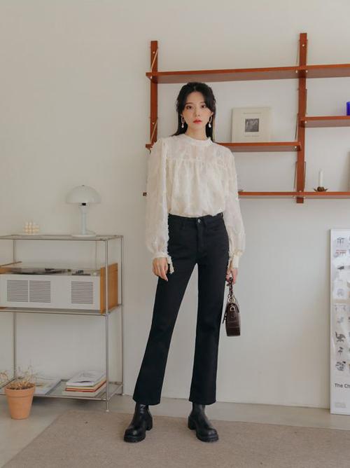 Bộ trang phục đơn giản với áo blouse trắng đi kèm quần jeans cổ điển. Phụ kiện đi kèm có thể là các mẫu túi da vintage, túi đeo chéo xinh xắn.