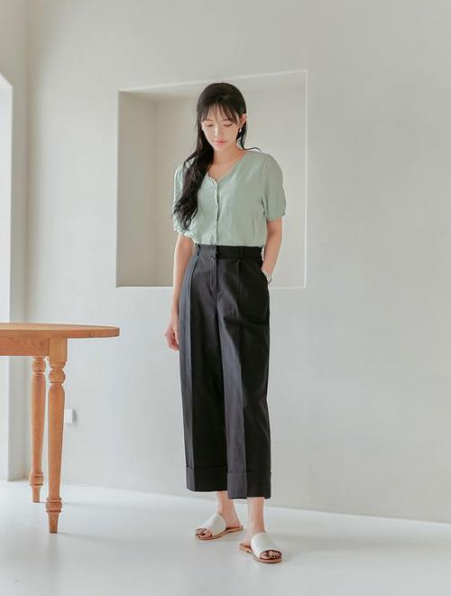 Set trang phục tiện lợi khi làm và dạo phó với áo màu pastel đi cùng quần suông ống lửng. Khi tiết trời bắt đầu chuyển mùa, các kiểu sandal, dép da được chọn lựa để thay thế cho nhiều kiểu bốt da.