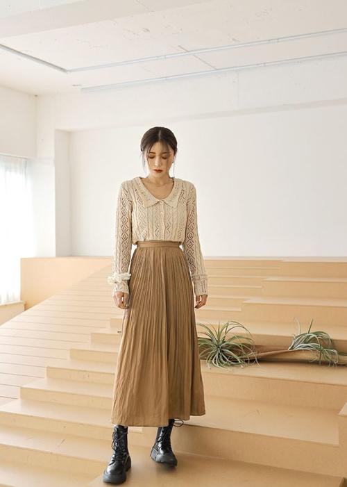 Các kiểu áo blouse của dòng thời trang hoài cổ với tông màu nhã nhặn, phom dáng cân đôi mang lại hình ảnh thanh lịch cho chị em công sở.