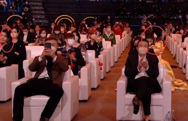 Cặp vợ chồng ngồi rất xa nhau.