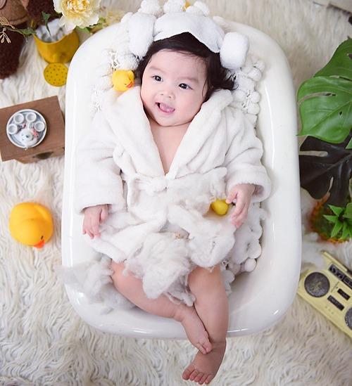 Cô bé có tên là Trần Bảo Khanh, tên tiếng Anh là Amber Tran. Dù mới 6 tháng tuổi nhưng tiểu công chúa đã có một tài khoản mạng xã hội thường xuyên cập nhật những khoảnh khắc đáng yêu của bé.