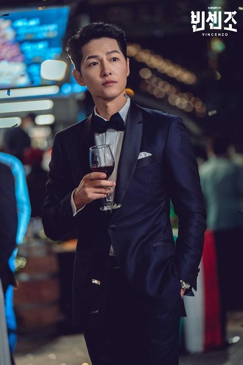 Song Joong Ki vào vai luật sư mafia trong phim Vincenzo.