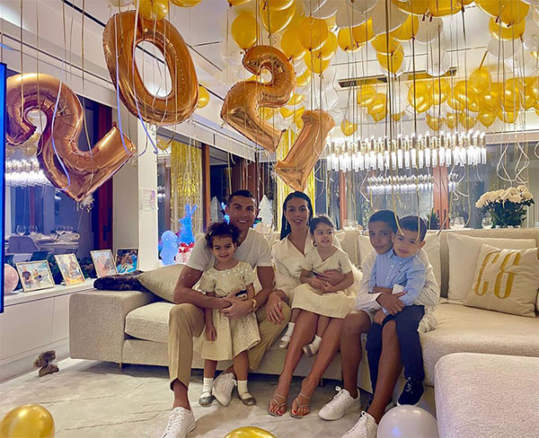 Kiếm tiền với Georgina Rodriguez không quan trọng bằng việc chăm sóc gia đình khi cô có 4 đứa con, trong đó có ba con riêng của siêu sao C. Ronaldo. Cặp sao bên nhau từ 2016, ngày càng gắn bó hạnh phúc. Người phụ nữ hiện tại của chàng trai đào hoa một thời được fan yêu mến với những hoạt động từ thiện tích cực cùng tính cách điềm đạm, khéo léo.