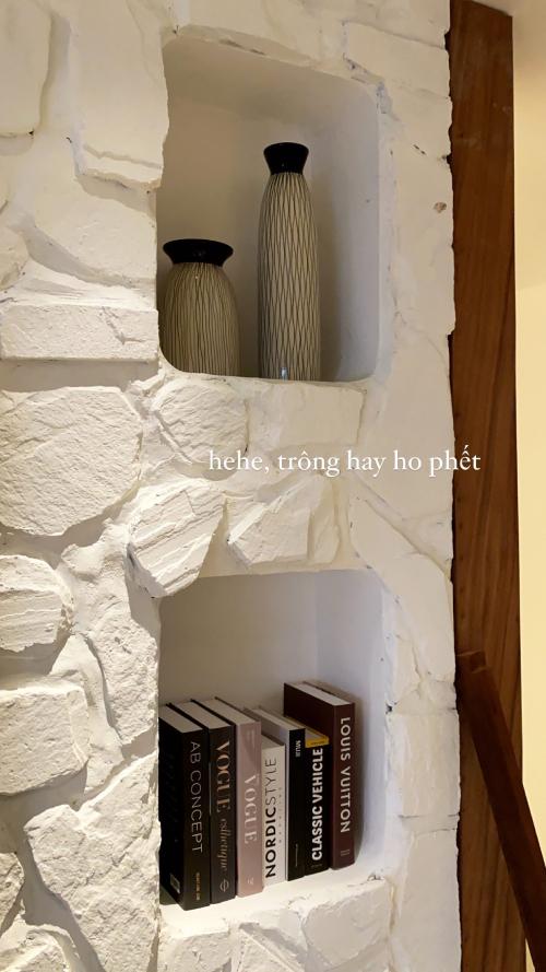 Tường của căn hộ được làm giả vách đá và có các hốc hình chữ nhật để đựng đồ trang trí, sách.