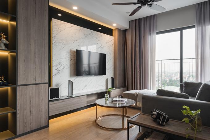 Không gian phòng khách là nơi dành được sự ưu ái nhiều nhất. Căn phòng đủ rộng và nhiều ánh sáng từ khung cửa lớn sát đất, dựa theo mong muốn của gia chủ: Làm việc căng thẳng nên thỉnh thoảng tôi muốn ngắm nhìn thành phố để chill một chút.