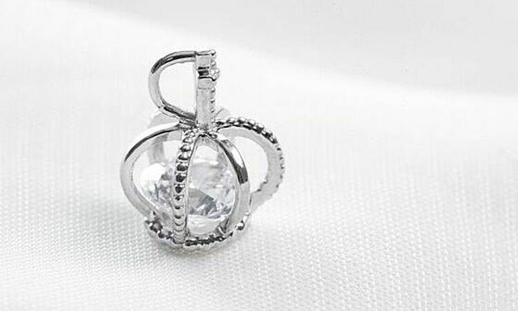Mặt dây chuyền DOJI14K 0819P-LAL073 được chế tác từ vàng trắng 14K đính đá SWA. Viên đá chính hình dạng tròn, có khối lượng 1,4 carat. Sản phẩm có giá gốc 1,72 triệu đồng, đang giảm 10% còn 1,548 triệu đồng.