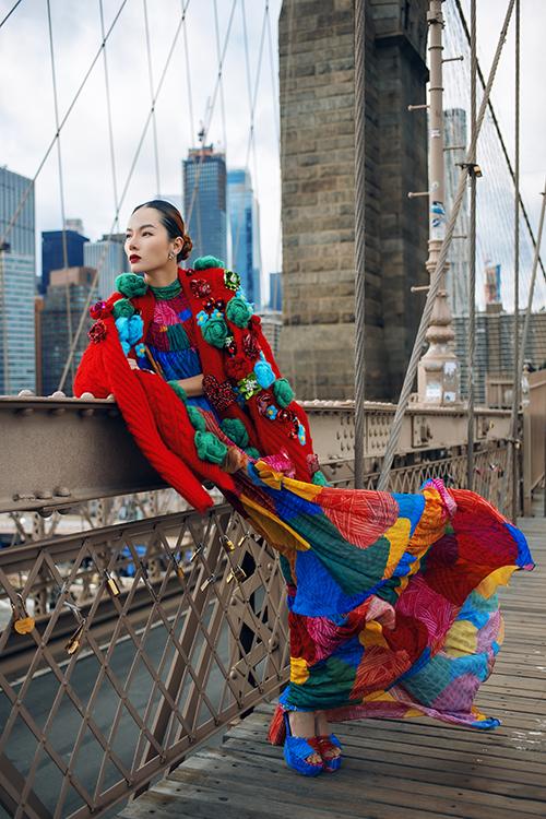 Áo len trang trí hoạ tiết hoa 3D nổi bật được kết hợp cùng váy maxi trang trí hình ảnh cuộn len nhiều sắc màu.