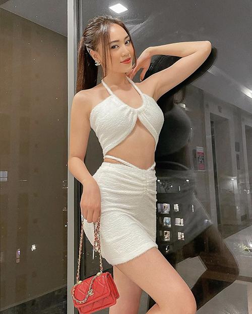 Song song với các mẫu váy áo tôn vẻ đẹp gợi cảm, loạt túi hiệu đắt tiền cũng được Lan Ngọc chọn lựa để hoàn thiện nhiều set đồ dạo phố.