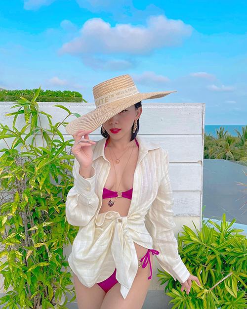 Giọng ca Ngảy mai chọn nguyên bộ phụ kiện theo đúng trend 2021 để khiến tạo hình của cô ấn tượng hơn khi khoe dáng cùng bikini.