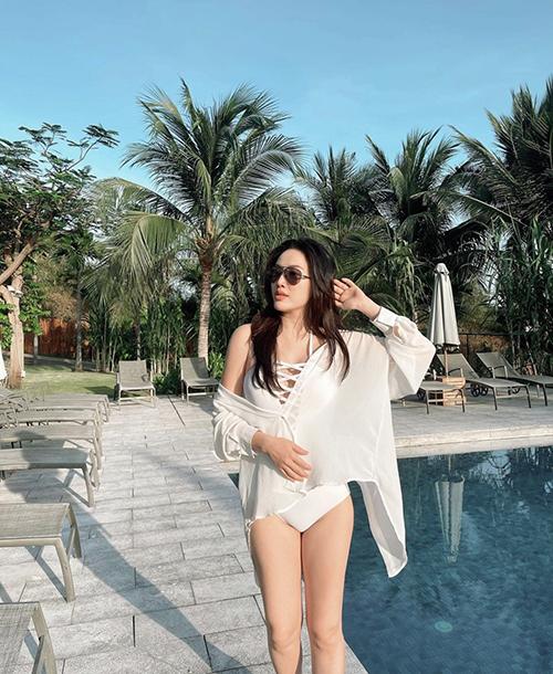 Monokini vẫn là kiểu áo tắm được Bảo Thy ưa chuộng ở đầu mùa hè năm nay. Trên phomg dáng cơ bản của đồ bơi liền mảnh là chi tiết dây đan ấn tượng và giúp ca sĩ khoe vòng một sexy.